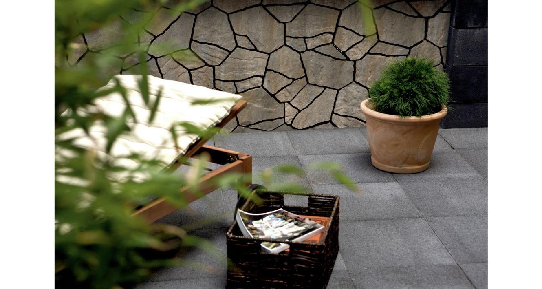 zahradna_terasa_z_platni_aqua_flair_ktoru_lemuje_objstranny_betonovy_plot_poligono_cdeed12249963e1f